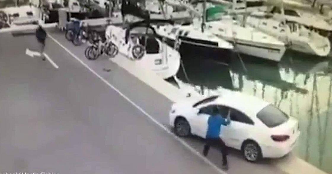 ¡Carro cae al agua por error del conductor!