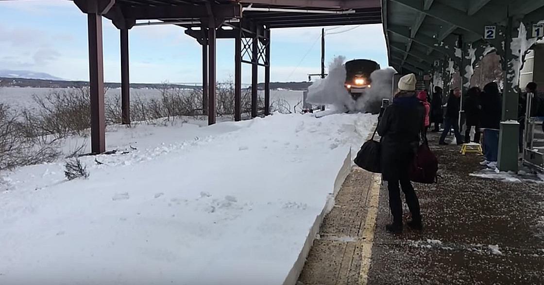 Un encuentro extraordinario en la estación del tren ¡deja a todos cubiertos de nieve!